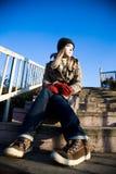 Femme s'asseyant sur les escaliers Photographie stock libre de droits