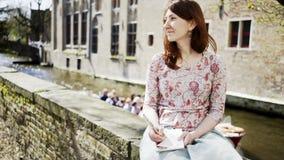 Femme s'asseyant sur les rives banque de vidéos