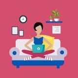 Femme s'asseyant sur Sofa Working Freelance Images libres de droits