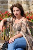 Femme s'asseyant sur un banc Photos libres de droits