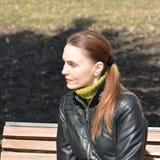 Femme s'asseyant sur un banc Image libre de droits