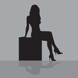 Femme s'asseyant sur un cadre Image libre de droits