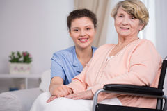 Femme s'asseyant sur un fauteuil roulant Photo libre de droits