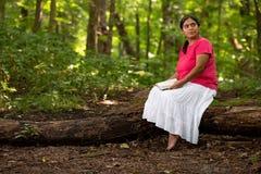 Femme s'asseyant sur un rondin avec la bible sur son Lap Meditating photographie stock