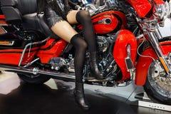 Femme s'asseyant sur une moto de coutume de vintage photo stock