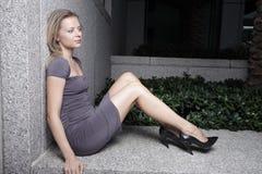 Femme s'asseyant sur une saillie images libres de droits