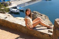Femme s'asseyante à la côte sur l'île Image stock