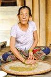 Femme s'asseyante avec des verres au Népal Photographie stock libre de droits