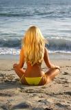 femme s'asseyante de plage Photo libre de droits
