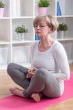 femme s'asseyante de position de lotus images stock