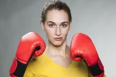 Femme 20s attirante fière de lutter pour le succès ou la concurrence Image libre de droits