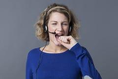 Femme 20s blonde furieuse criant au-dessus du téléphone Image libre de droits