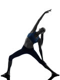 Femme s'exerçant étirant le yoga de pose de triangle Image stock
