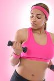 Femme s'exerçant avec des poids photo libre de droits