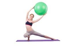 Femme s'exerçant avec la boule suisse Photos stock