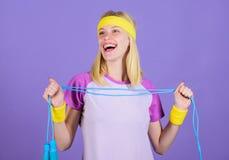 Femme s'exerçant avec la corde à sauter Avantages sautants d'exercice Approche appropriée pour perdre le poids La corde à sauter  photo libre de droits