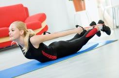Femme s'exerçant avec la rondelle d'expansion Photographie stock