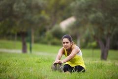 Femme s'exerçant dans extérieur Photographie stock