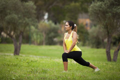 Femme s'exerçant dans extérieur Photos stock