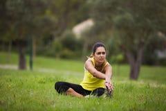 Femme s'exerçant dans extérieur Images stock
