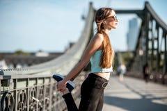 Femme s'exerçant dans la ville de Francfort images libres de droits