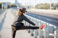 Femme s'exerçant dehors sur le pont images libres de droits
