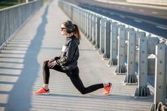 Femme s'exerçant dehors sur le pont photos stock