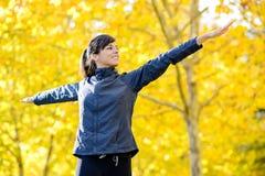 Femme s'exerçant en stationnement d'automne Photos libres de droits