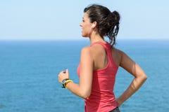 Femme s'exerçant l'été au bord de la mer Photos libres de droits