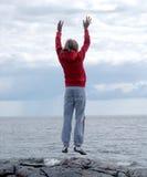 Femme s'exerçant sur la falaise 2 Photos stock