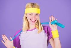 Femme s'exerçant avec la corde à sauter Avantages sautants d'exercice Approche appropriée pour perdre le poids Concept de perte d images stock