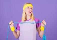 Femme s'exer?ant avec la corde ? sauter Avantages sautants d'exercice Approche appropri?e pour perdre le poids La corde ? sauter  image libre de droits