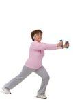 Femme aîné s'exerçant avec des dumbells Photos libres de droits
