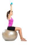 Femme s'exerçant avec des haltères Images stock