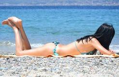 Femme s'exposant au soleil Image stock