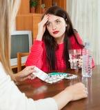 Femme s'occupant des amies malades Photographie stock libre de droits