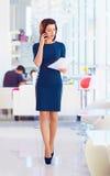 Femme sûre d'affaires occupée avec le travail Photographie stock
