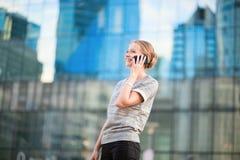 Femme sûre d'affaires parlant du téléphone Image stock