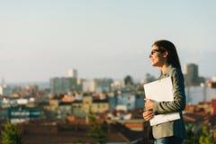 Femme sûre et réussie d'affaires de ville Image stock