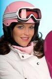 femme s'usant de snowboard rose de verticale de casque photographie stock libre de droits