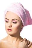Femme s'usant l'essuie-main rose photographie stock libre de droits