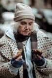 Femme sans abri triste déprimée souffrant de la malnutrition photos libres de droits