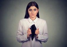 Femme sans l'argent Femme d'affaires montrant le portefeuille vide photo stock