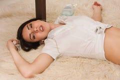 Femme sans vie se trouvant sur l'étage (d'imitation) Photographie stock