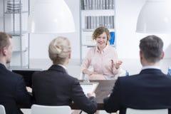 Femme satisfaisante pendant l'entrevue de recrutement images libres de droits