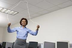 Femme sautant dans le bureau photographie stock libre de droits
