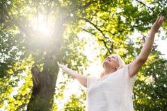 Femme scandinave supérieure par l'arbre tenant des mains  photos libres de droits