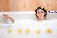 Femme se baignant dans un bain de station thermale images stock