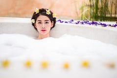Femme se baignant dans un bain de station thermale photo stock
