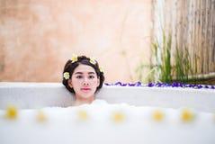 Femme se baignant dans un bain de station thermale images libres de droits